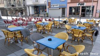 Одно из многочисленных кафе, закрытое из-за пандемии коронавируса