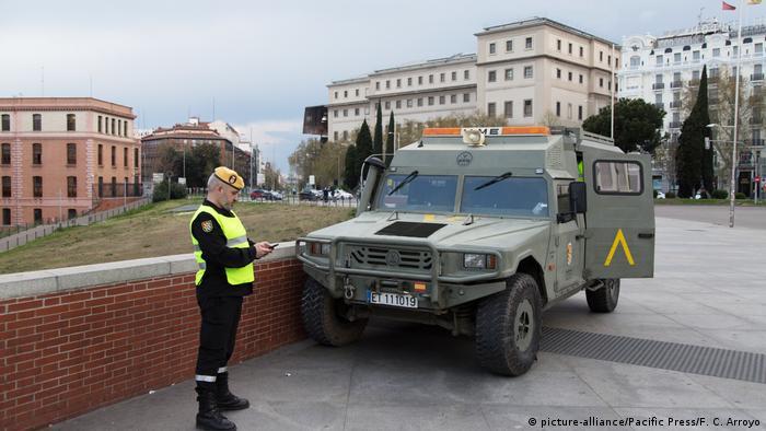 Soldado y vehículo militar blindado