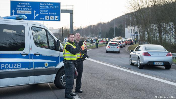 Полицейские на границе