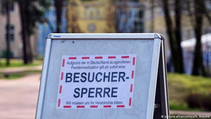 Щит перед одной из клиник в федеральной земле Бранденбург, информирующий посетителей о том, что в связи с эпидемией коронавируса входить в больницу им теперь запрещено