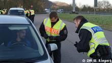 Grenzkontrolle Deutschland Frankreich A6 Saarbrücken Forbach. Pendler werden von der Bundespolizei am Checkpoint nach ihren Genehmigungen gefragt. 24 Bundespolizisten im Einsatz. Aufgenommen am 16.03.2020. Foto: Bernd Riegert, DW, alle Rechte