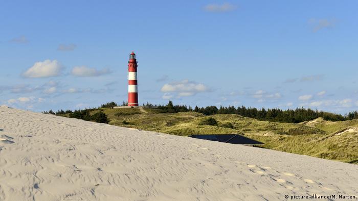 Der rotweiße Amrumer Leuchtturm (picture-alliance/M. Narten)