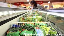 Deutschland Frau kauft tiefgefrorenes Gemüse ein