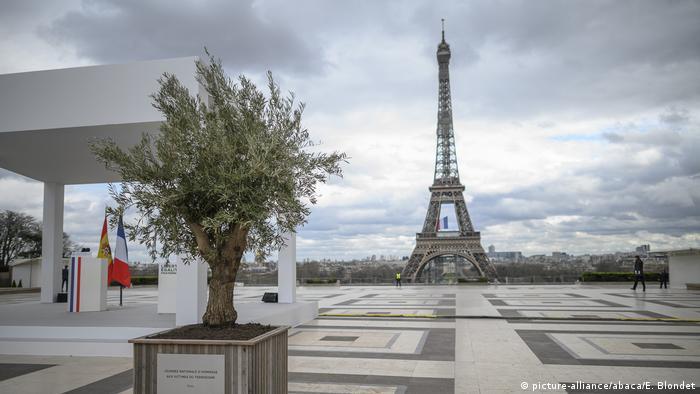 Fransa'nın başkenti Paris'te de sokağa çıkma yasağı uygulanıyor