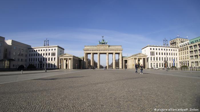 Пустая площадь у Бранденбургских ворот в Берлине