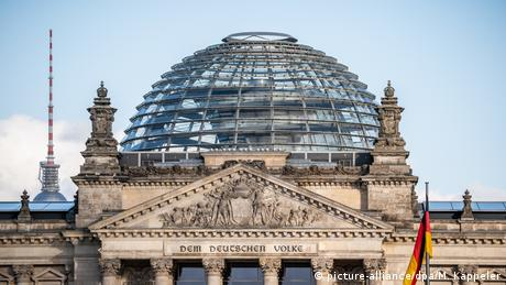 Berlin Bundestag | Menschenleere Kuppel des Reichstagsgebäude (picture-alliance/dpa/M. Kappeler)