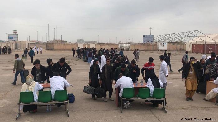 محمد رضا باهر، سخنگوی این وزارت گفته در پی شیوع ویروس کرونا در ایران، هر روز حدود ۱۵ هزار مهاجر افغان به کشورشان بازگشته اند.