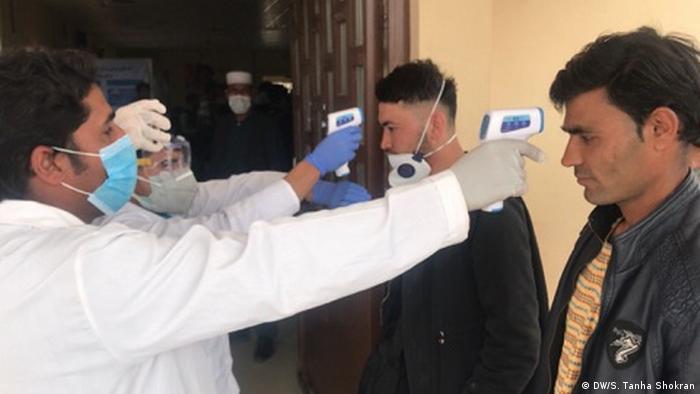 مقامات محلی در ولایت های مرزی هرات و نیمروز در پی بازگشت توده ای مهاجران اعلام کردند که این ویروس توسط مهاجران بازگشت کننده افغان از ایران منتقل شده است. اولین مورد ابتلا به ویروس کرونا در افغانستان در هرات ثبت شد که بیشترین شمار مهاجران عودت کننده افغان به آنجا وارد می شوند.