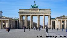 Berlin, Deutschland 15. Maerz 2020: Symbolbilder - Coronavirus - 15.03.2020 Corona, Brandenburger Tor, keine Besucher, Pariser Platz, 15.03.2020 | Verwendung weltweit