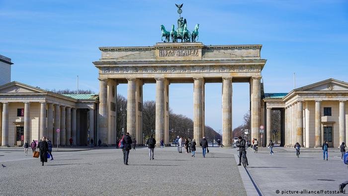 Deutschland Berlin | Coronavirus | Brandenburger Tor, wenige Menschen (picture-alliance/Fotostand)
