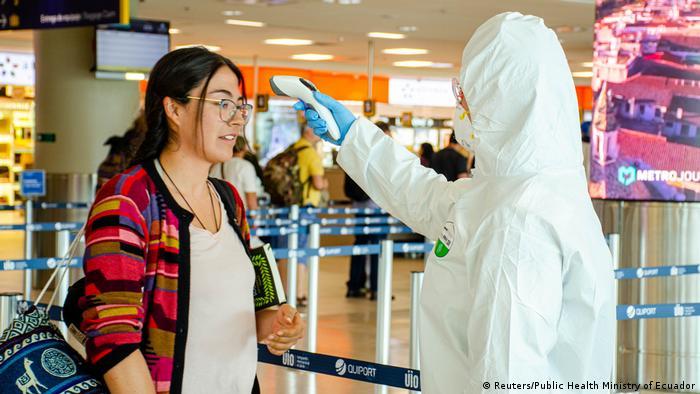Controles sanitarios por la pandemia de coronavirus en el Aeropuerto Internacional de Quito, Ecuador. (Marzo de 2020).