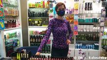 Unternehmerin in Kiew trägt eine Schutzmaske DW, L. Rzheutska, 16. März 2020