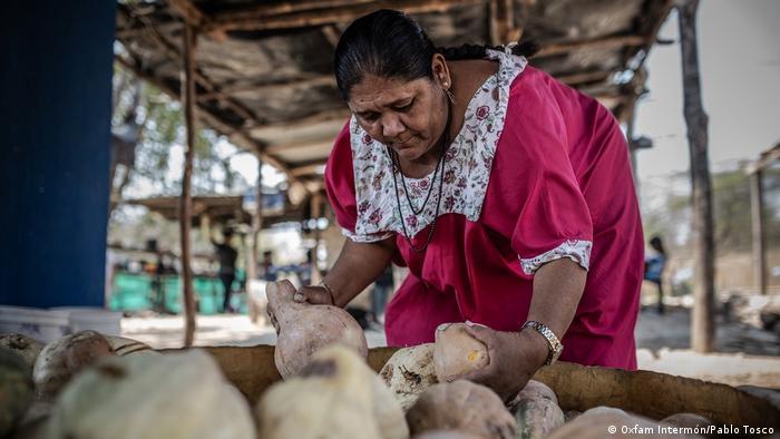 Janeth Pareja pertenece al clan Ipuana y participa en la organización Fuerza de Mujeres Wayuu. Aquí, seleccionando vegetales.
