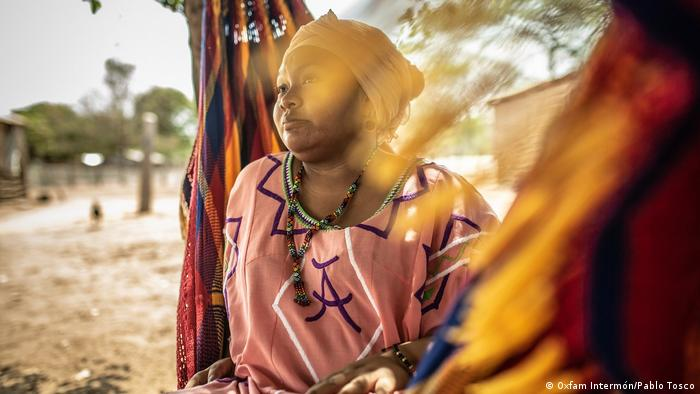 Mónica es activista y vive junto a la vía del tren que transporta carbón desde la mina Cerrejón hasta el puerto en la Alta Guajira. Como otras defensoras, cuenta con escolta armado.
