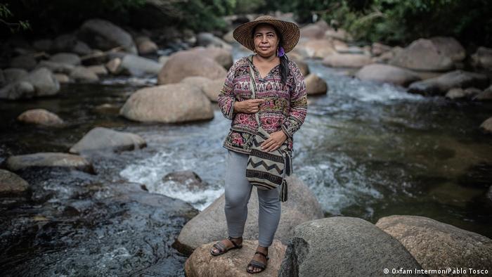 Encuentro de activistas de DD. HH. de Oxfam Intermón en Bogotá: Magalí parada sobre una piedra, en un río de Caquetá, Colombia.