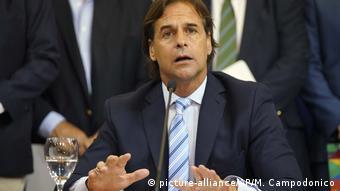 Uruguay: Luis Lacalle Pou gibt PK zu COVID-19 (picture-alliance/AP/M. Campodonico)