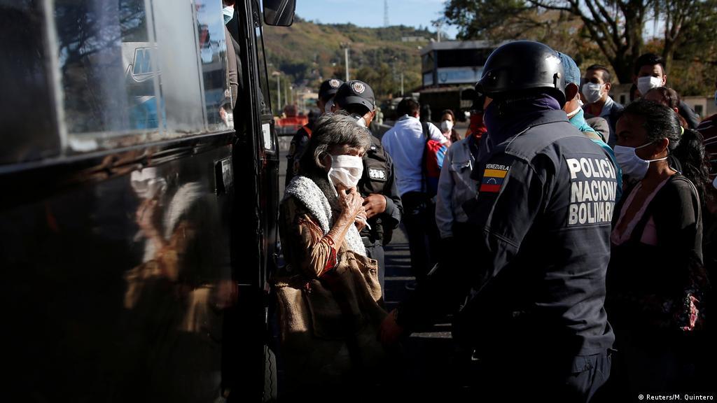 Man Shot As Protesters Loot Shops In Venezuela Food Crisis News Dw 24 04 2020