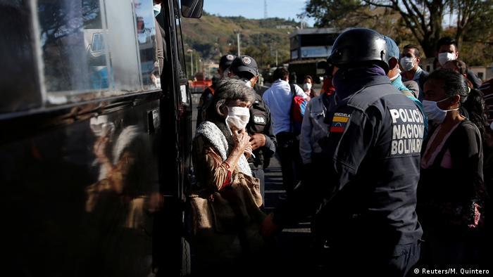 Una mujer usa un tapabocas en Caracas.