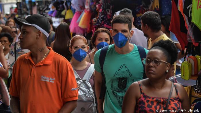 Pessoas com máscaras no Brasil