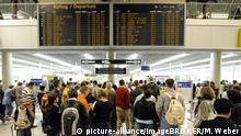 Reisende in Warteschlangen vor Röntgenkontrolle, Flughafen Stuttgart, Baden-Württemberg, Deutschland, Europa | Verwendung weltweit, Keine Weitergabe an Wiederverkäufer.