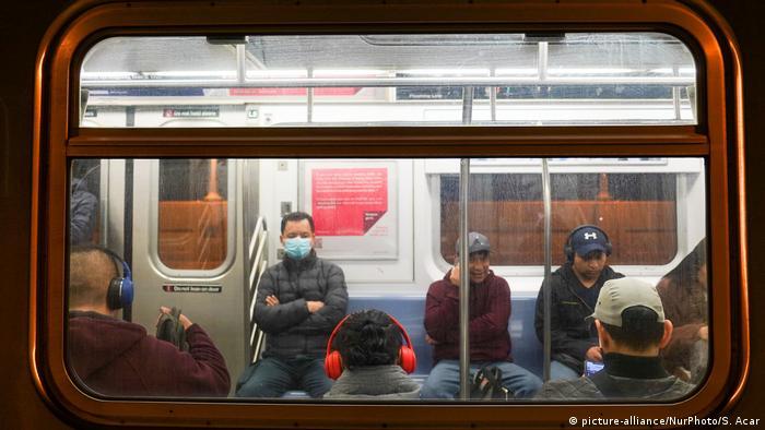 Foto de personas en el metro de Nueva York sin mascarillas