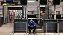 Spanien Malaga | Mann mit Gesichtsmaske wartet auf Flug