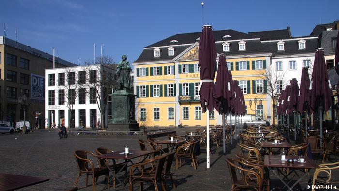 En la Münsterplatz de Bonn, las mesas vacías son una imagen rara en esta primavera.