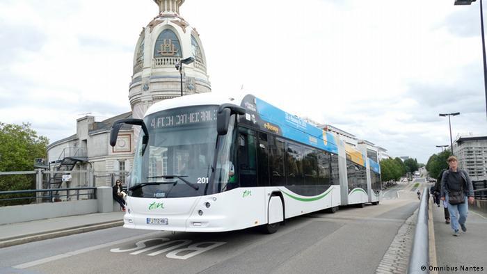 Frankreich O-Bus mit Batterie in Nantes . Auf dieser Strecke fährt der Bus mit der Energie aus der Batterie. Der Elektrobus ist deutlicher leiser als der Dieselbus.