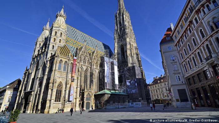 Praça diante da catedral de Viena sem turistas