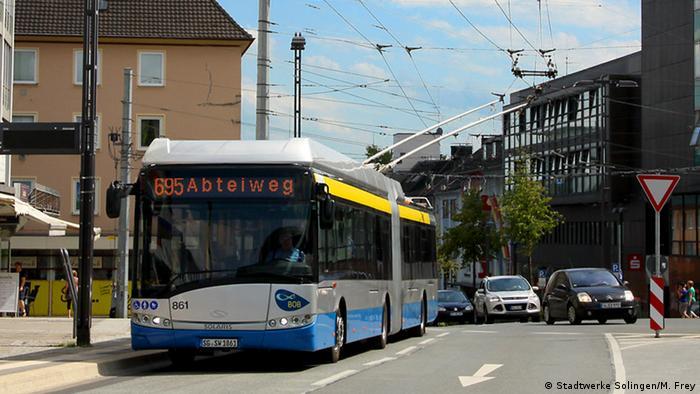 In Solingen fährt der Batterie-Oberleitungs-Bus (BOB). Hier holt der Bus seinen Strom aus der Oberleitung und lädt zugleich die Batterie.