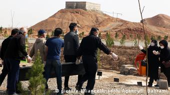 Iran Ghom | Coronavirus | Begräbnis von Opfern (picture-alliance/Anadolu Agency/F. Bahrami)