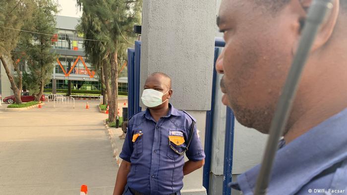 Security guards in Lagos | Coronavirus | Temperaturmessung