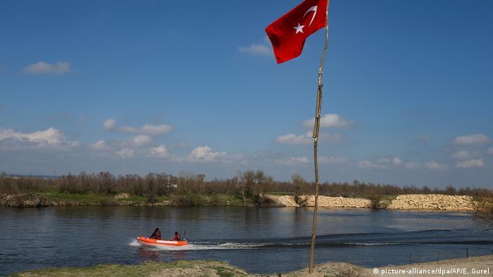 Čamac na rijeci (picture-alliance/dpa/AP/E. Gurel)