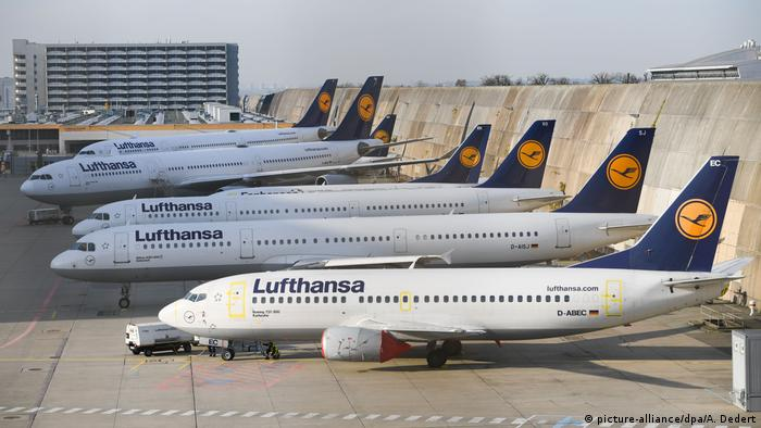 Lufthansa-Flugzeuge am Rand des Frankfurter Flughafens