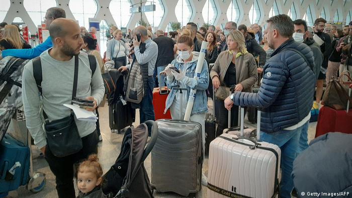 Marokko Die Passagiere warten am Flughafen Marrakesch auf ihre Flüge