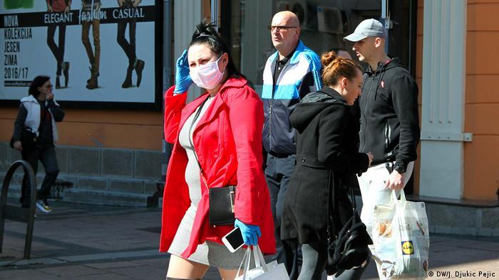Preporuku stručnjaka – izlaziti samo kada je neophodno, nositi zaštitnu masku i zaštitne rukavice – samo je deo stanovništva shvatilo ozbiljno. Na ulicama još uvek ima dosta ljudi, a ne pridržavaju se svi jednako mera opreza.