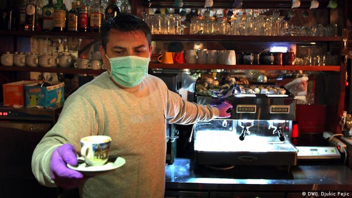 Radnici kafića poštuju preporuke nošenja maski i rukavica. Imaju znatno manje posla, a takođe i manji bakšiš. Jednako su zabrinuti kao i ostali građani.