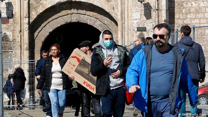 """U poslednjih 20 godina, ovo je treće vanredno stanje u Srbiji i građani Niša uglavnom su ravnodušni u novonastaloj situaciji. Iako shvataju ozbiljnost s jedne strane, s druge strane, često se čuje """"šta smo sve preživeli, proći će i ovo""""."""