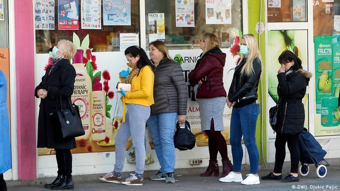 Redovi na ulici se i dalje najčešće viđaju – ispred apoteka, prodavnica kućne hemije ili marketa. Već danima je nemoguće kupiti maske, a u nekim marketima razgrabile su se osnovne namirnice, poput brašna, ulja i šećera. Zabranjeno je povećanje cena osnovnih životnih namirnica, izvoz lekova i dezinfekcionih sredstava, a kupovina asepsola, maski i rukavica ograničena je po glavi stanovnika.