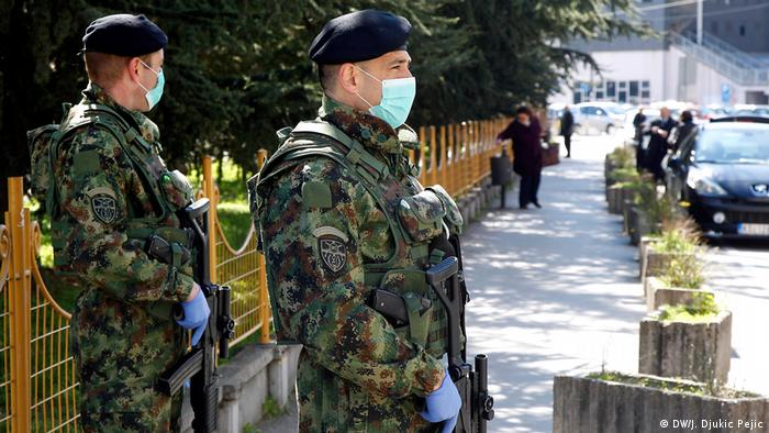 Na zadatku će u svakom trenutku biti vojska. Ona preuzima pod svoju kontrolu granične prelaze, migrantske centre u Srbiji i bolnice. Opremljeni maskama, rukavicama i dugim cevima, vojnici čuvaju bolnice. Kako se i dalje veliki broj ljudi vraća u Srbiju, predsednik Srbije je izjavio da se traži način da se to spreči, a da se ne pogazi Ustav. U poslednja dva dana, u Srbiju je ušlo 45.000 ljudi.