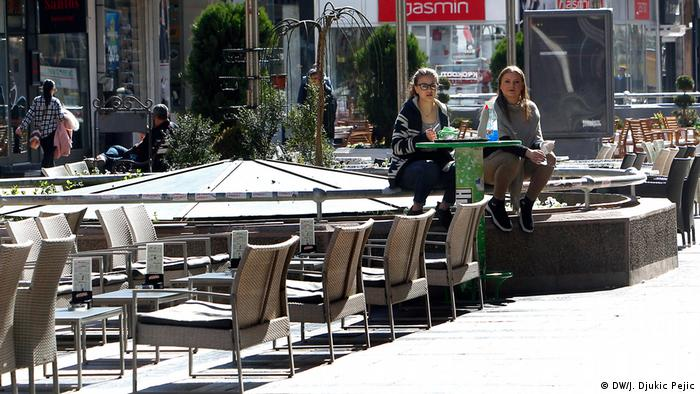 Svakodnevno rade i kafići i restorani, ali samo od 8 do 20 časova. Iako su kafići u Srbiji obično puni u svako doba dana, sada to nije slučaj.