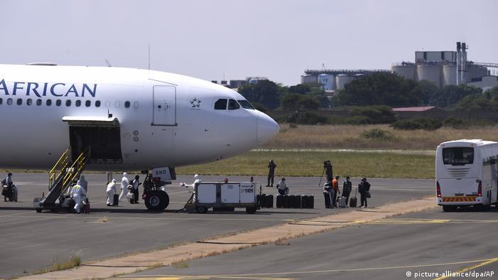 Coronavirus in Südafrika Flughafen Polokwane Rückkehrer (picture-alliance/dpa/AP)