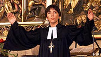 Маргот Кесман во время церковной службы