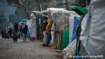 Aν φτάσει ο κορωνοϊός στα προσφυγικά κέντρα των νησιών το ελληνικό σύστημα υγείας δεν θα αντέξει, εκτιμά η SZ - Εικόνα από τη Μόρια της Λέσβου