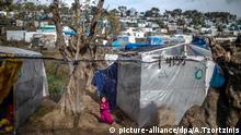 27.02.2020, Griechenland, Lesbos: Ein Kind spielt in einem provisorischen Zeltlager in der Nähe des Camps für Migranten in Moria. Nach schweren Zusammenstößen zwischen der Polizei und aufgebrachten Einwohnern der griechischen Insel Lesbos mit Dutzenden Verletzten hat Regierungschef Mitsotakis den Abzug der Bereitschaftspolizei von diesen Inseln angeordnet. Foto: Angelos Tzortzinis/DPA/dpa +++ dpa-Bildfunk +++ | Verwendung weltweit