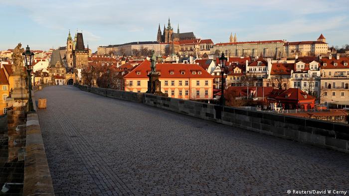Пустой Карлов мост в Праге