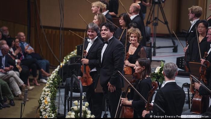 Cristian Măcelaru alături de Royal Concertgebouw Orchestra, pe scena Sălii Palatului, la ediţia 2019 a Festivalului Enescu