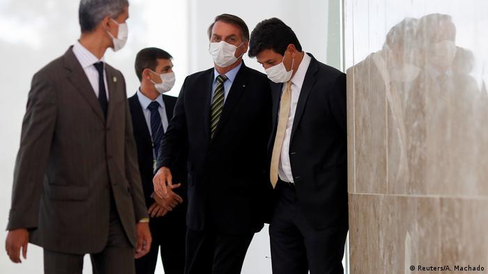 Bolsonaro e Mandetta de máscara