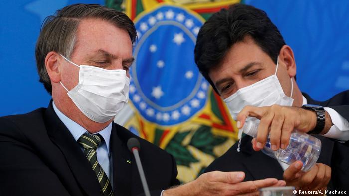 O presidente Jair Bolsonaro e o ministro da Saúde, Luiz Henrique Mandetta, em coletiva de imprensa nesta quarta-feira