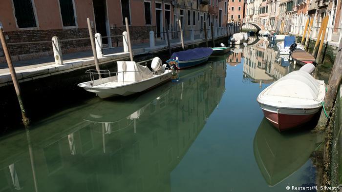 In Venedigs Kanälen ist klares Wasser zu sehen